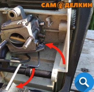 Извлекаем тягу газа с карбюратора (нажав на курок газа) И из посадочного места в курке газа (нажав на курок газа)