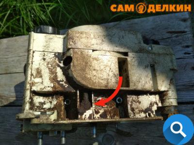 Плохая герметизация шланга (со временем шланг становится не эластичным) в месте крепления и служит утечкой масла из системы