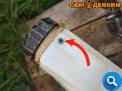 В маслобаке установлен сапун (проверьте его наличие), промываем его в бензине и продуваем. Он должен быть эластичным и плотно садиться в отверстие (при необходимости замените его на новый)