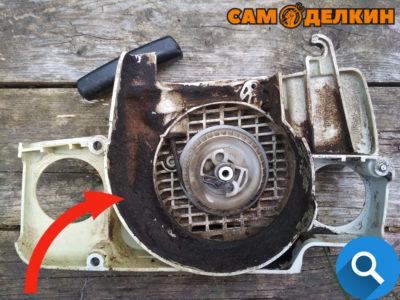 Устанавливаем стартер на бензопилу Обратите внимание не допускается наличие загрязнений в полости стартера и в ребрах - это приведет к плохой охлаждаемости двигателя при работе