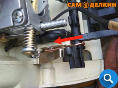 По месту прикидываем крепление скобы из проволоки, если необходимо укорачиваем ее длину (чтобы не упиралась в корпус)