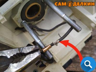 Не допускается использование вот такого оголенного провода. Обязательно заизолировать данное повреждение.