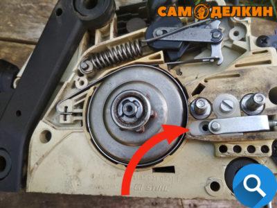 Устанавливается он очень просто. Демонтируется старый натяжитель цепи (аккуратно поддев отверткой) В посадочное место без каких либо доработок устанавливается боковой натяжитель от пилы MS-250 Фиксируется винтом 4*16 (артикул-    )