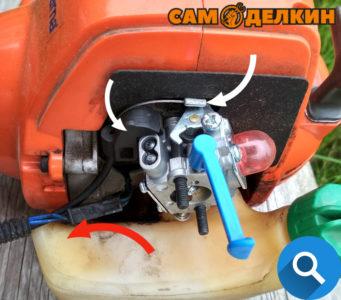 Отсоединяем клемму модуля зажигания (выделены красной стрелкой) Снимаем фиксатор троса с адаптора и отстегиваем трос газа с карбюратора