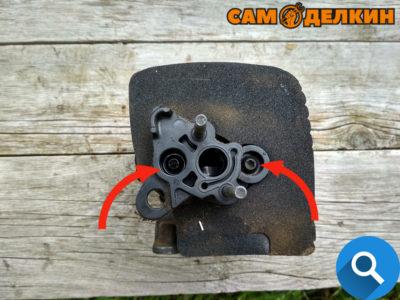 Если необходима замена цилиндра - необходимо снять адаптер карбюратора, открутив два винта