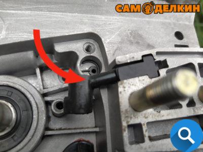 А также проверяем состояние верхнего напорного маслошланга на предмет повреждений (трещин) - если требуется заменяем на новый. Итак - сапун установили, сальник заменили, маслошланг зафиксировали, можно устанавливать маслонасос