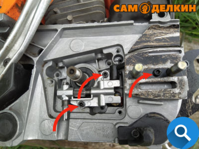Далее фиксируем маслонасос к картеру двумя винтами А также защитную планку справа