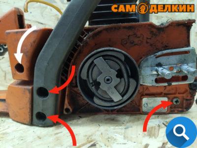 Далее откручиваем винт аммортизатора слева и снимаем накладку. Откручиваем винт крепления справа внизу. А также два винта крепления круговой рукоятки.