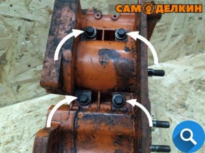Для того, чтобы извлечь двигатель с картера пилы необходимо открутить 4 болта (головкой 8мм)