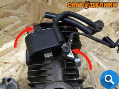 Если поршневая меняется целиком (включая цилииндр) демонтируем модуль зажигания открутив два винта.