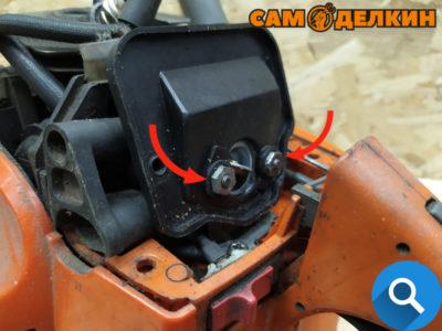 Ключом (головкой на 10мм) отворачиваем две гайки крепления адаптера воздушного фильтра и снимаем его.