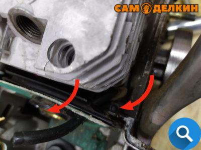 Далее откручиваем два винта и снимаем теплоизолятор с прокладкой