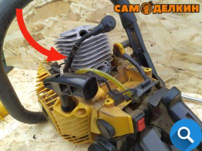 Демонтируем дефлектор с бензопилы, а также карбюратор с прокладкой и адаптер карбюратора.