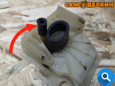 Проблема перетирания данной трубке обусловлена конструктивной особенностью пилы. Обе трубки расположены слишком близко друг к другу. Вибрация при работе приводит к перетиранию и повреждениям.
