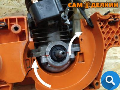 Далее устанавливаем двигатель в картер пилы. Укладываем проводку в посадочное место.