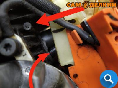 Аккуратно одеваем адаптор с трубками на цилиндр, внимательно контролируем плотную посадку обеих трубок в посадочные места.