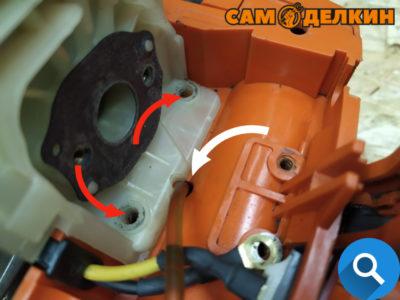 Важный момент: следите за посадкой адаптера - он не должен пережимать топливный шланг, иначе не будет поступать топливо. Адаптор фиксируем двумя винтами-саморезами.