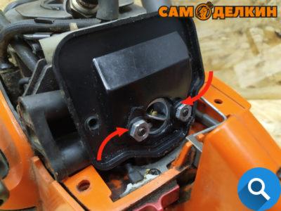 Далее головкой (ключом) на 10мм выкручиваем две гайки крепления адаптера воздушного фильтра и снимаем его.