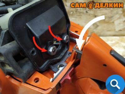 Монтируем тягу газа в карбюратор. Закрепляем адаптер воздушного фильтра двумя гайками. Устанавливаем воздушный фильтр (два винта-самореза) Закрепляем верхний кожух тремя саморезами. Пила собрана.