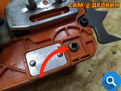 А также уловитель цепи (которого здесь нет) к правому амортизатору снизу.