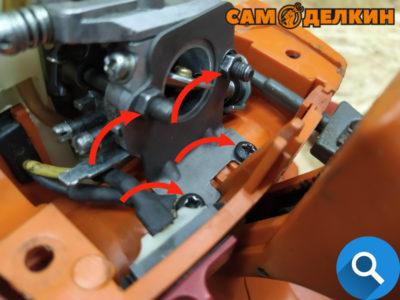Фиксируем передний экран-карбюратор с прокладкой к теплоизолятору шпильками (головкой на 7мм). А также двумя винтами снизу.