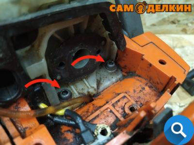Далее необходимо открутить два винта-самореза крепления адаптора карбюратора шестигранником 4мм.