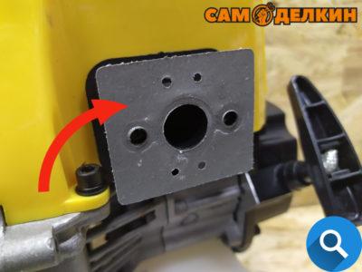 Прокладка карбюратора не должна иметь повреждений, при необходимости меняем ее.