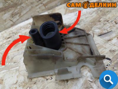 Хотелось бы отметить, что прежде чем установить двигатель в картер установим на него теплоизолятор с резиновыми патрубками. Такой вариант сборки гораздо легче. Патрубки не должны иметь повреждений - трещин или перетираний.