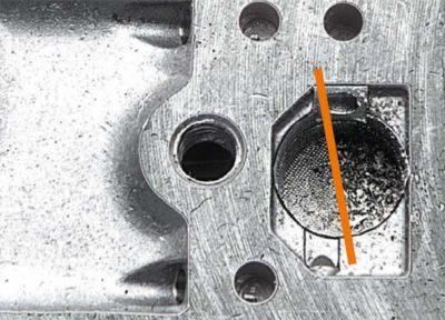 Забитый сетчатый фильтр в результате попадания частиц грязи через неисправный топливный фильтр. Нестабильная работа двигателя, затрудненный запуск обеспечены.
