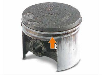Поломка перемычки (столбика) поршневого кольца в результате детонации (использование не подходящего бензина - октановое число меньше 92)