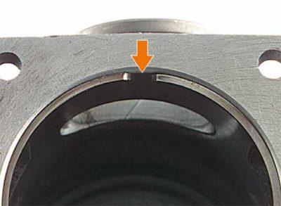 Износ поршневого кольца в результате (зазор нового кольца в нижней внутренней части цилиндра составляет 0,2-0,4 мм): Чрезмерного попадания пыли в двигатель Естественного износа