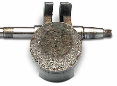 Механические повреждения верхней поверхности поршня в результате: Попадания мелких частиц шарика от подшипника коленчатого вала в камеру сгорания