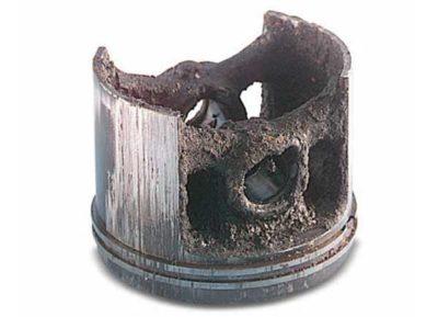 Сильные отложения в полости поршня в результате: Потери герметичности картера - попадание масла для цепей в двигатель. Сильные отложения на деталях цилиндро-поршневой группы