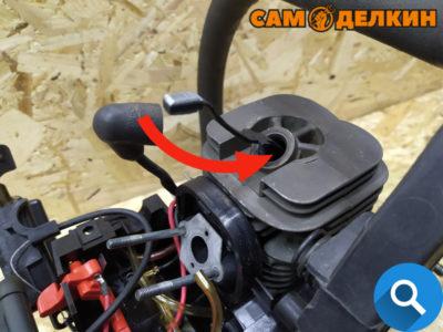 """Далее используя стопор необходимо заблокировать движение поршня в цилиндре - в верхней мертвой точке. В бытовых условиях можно использовать """"веревку"""" от стартера с намотанной на ней узлами."""