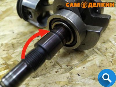 А вот со стороны сцепления могут быть проблемы с установкой: прорезь под стопорное кольцо может препятствовать монтажу сальника и даже повредить его.