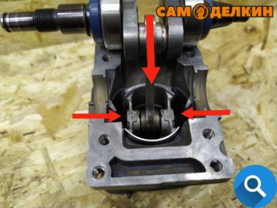 Далее устанавливаем поршень в цилиндр и аккуратно поджимая кольца производим монтаж. Торопиться не нужно - риск поломки колец.