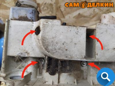 Для того чтобы снять двигатель в сборе с картера пилы - откручиваем 4 винта-самореза снизу.