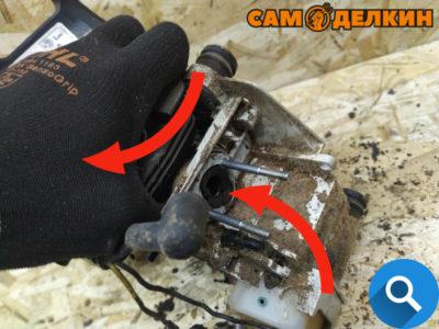 """Двигатель необходимо достать из корпуса пилы - при этом одновременно помогая резиновому впускному адаптеру """"слезть"""" с посадочного места."""