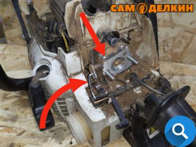 Теперь необходимо снять тягу управления дроссельной заслонкой - для этого немного потянув карбюратор на себя - достаем тягу из посадочного места карбюратора и вала.