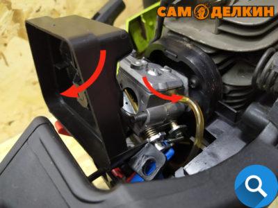 Далее в зависимости от модели (если 350 - снимаете корпус воздушного фильтра и тягу газа) Если модель 351 (с тросиком газа) - отсоединяем топливный шланг, далее необходимо потянуть на себя корпус воздушного фильтра вместе с карбюратором.