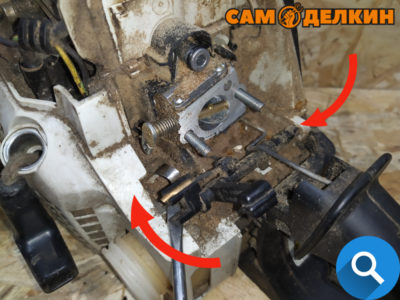 Аккуратно поддев отверткой извлекаем вал управления дроссельной заслонкой из посадочного места слева и справа. Обязательно снимаем провод с вала.