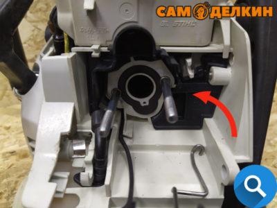 Далее устанавливаем защитный экран карбюратора (данная деталь появилась в пилах с 2015г., в бензопилах до этого года выпуска данный экран отсутствует.)
