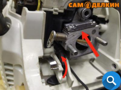 Далее монтируем карбюратор в посадочные шпильки. Подключаем к нему топливный шланг (предварительно осмотрев его на наличие трещин или микроповреждений)