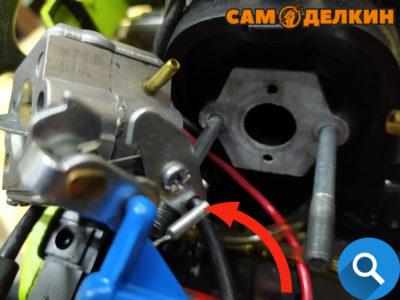 Далее снимаем трос газа с карбюратора. Убираем карбюратор и адаптер воздушного фильтра в сторону.