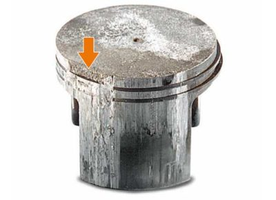 Сильные царапины (задиры) со стороны глушителя (выпуска) Повышение рабочей температуры двигателя (перегрев) в результате забитых ребер цилиндра Повышение рабочей температуры двигателя (перегрев) в результате забитых ребер маховика, либо не достаточной скорости вращения маховика.