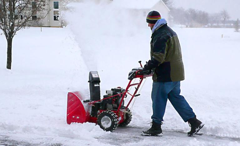 Выбираем недорогой бензиновый снегоуборщик - бюджет 35000 рублей
