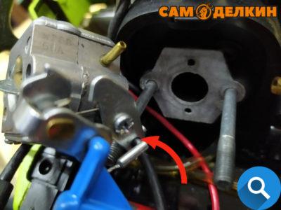 На бензопилах Партнер 350 - устанавливаем карбюратор на винты и устанавливаем тягу газа. На моделях 351, 352 установка более проблематичная - фиксируем в карбюраторе трос газа.