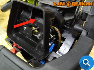 Далее самое проблематичное - аккуратно уложить трос газа под карбюратора таким образом, чтобы он не мешал топливным шлангам. И при нажатии на курок газа - срабатывал акселератор на карбюраторе.