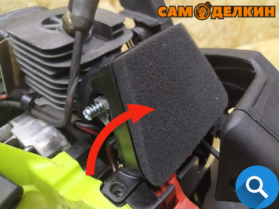 Устанавливаем на место воздушный фильтр Всегда контролируйте состояние воздушного фильтра, не допускается использование сильнозагрязненного воздушного фильтра или с повреждениями.