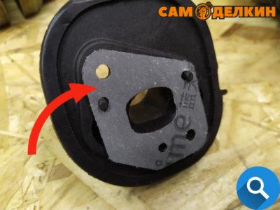 Выкручиваем два винта. Снимаем адаптер карбюратора и проверяем состояние прокладки под адаптером (от вибрации ее наверняка очень сильно потрепало) В случае необходимости меняем прокладку на новую.